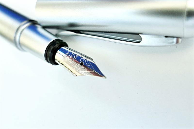 Detalle de una pluma estilográfica con el plumin grabado sin personalizar.